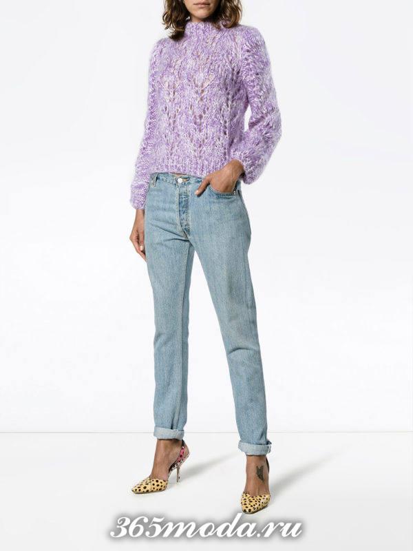 сочетания синих джинсов с фиолетовым свитером