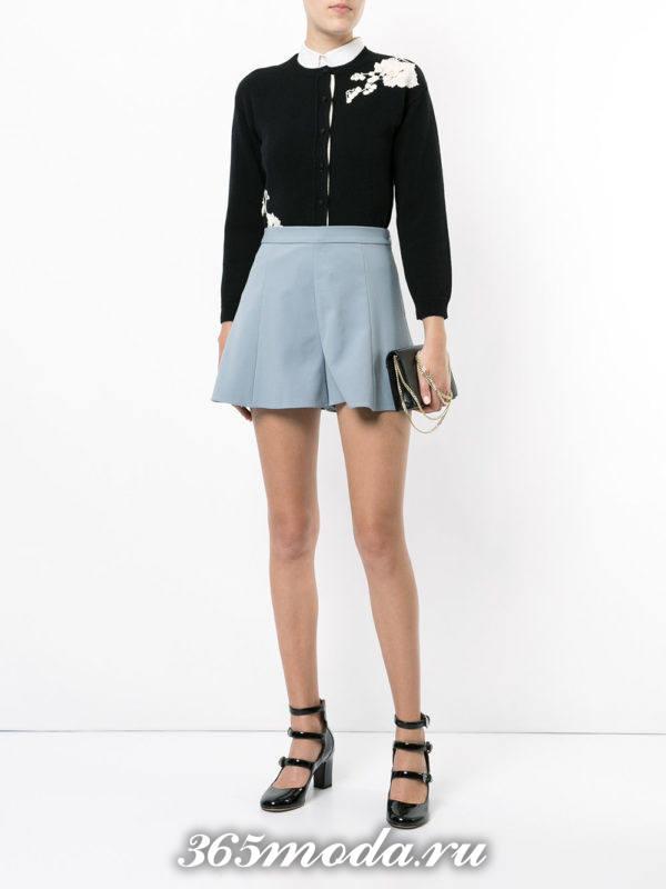 лук синие короткие шорты с черной блузой