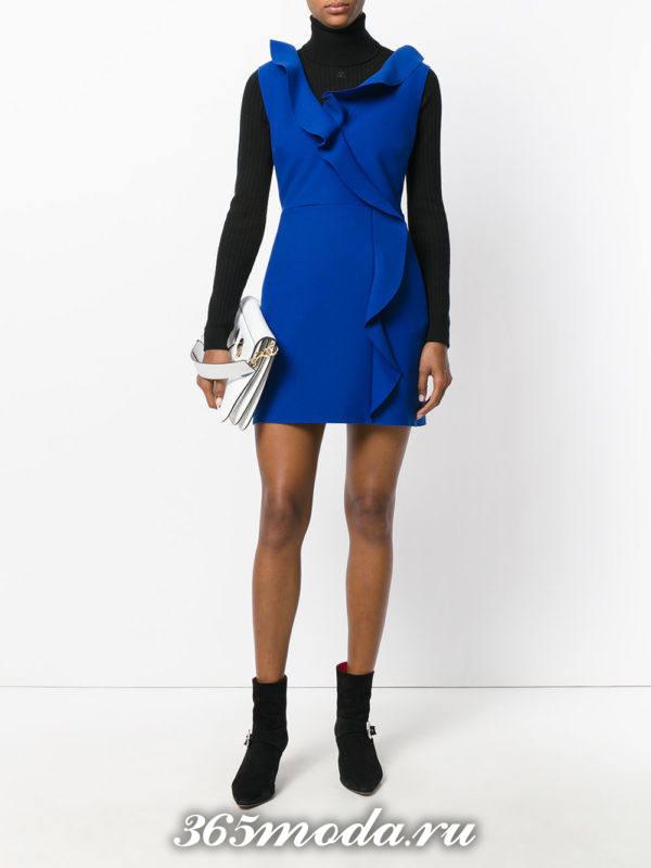 сочетания синего платья с черным гольфом