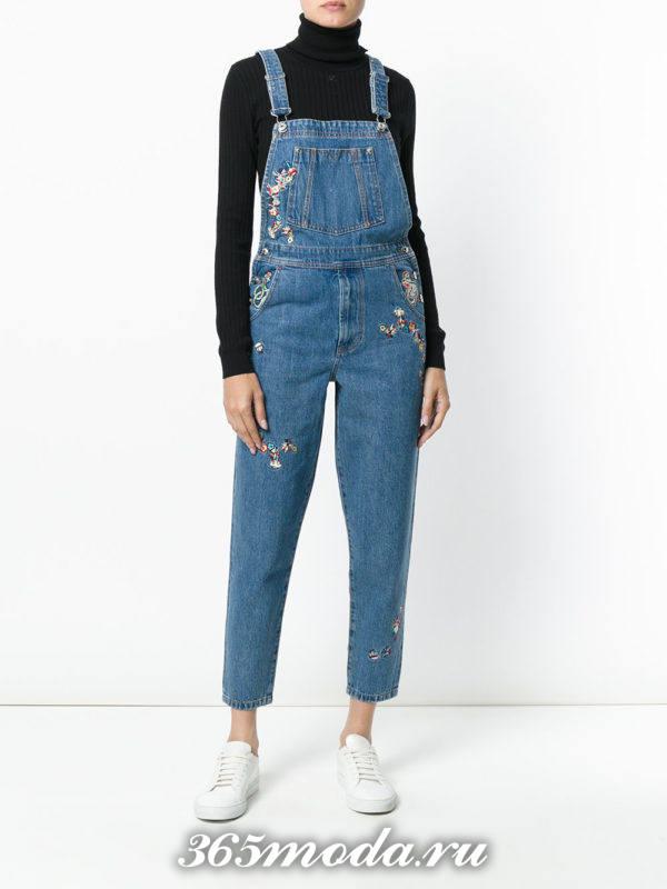 лук синий джинсовый комбинезон с черным гольфом