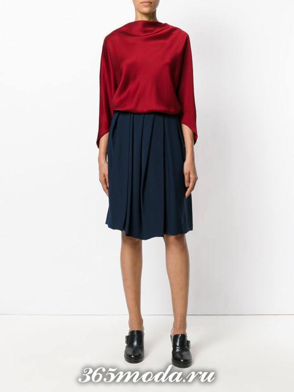 лук синяя юбка плиссе с бордовой блузкой