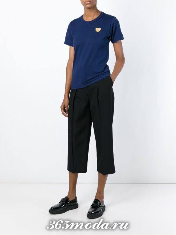 лук синяя футболка с черными укороченными брюками