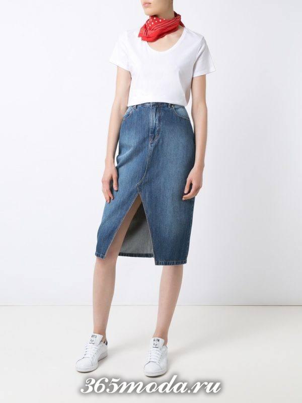 лук синяя джинсовая юбка с белой футболкой
