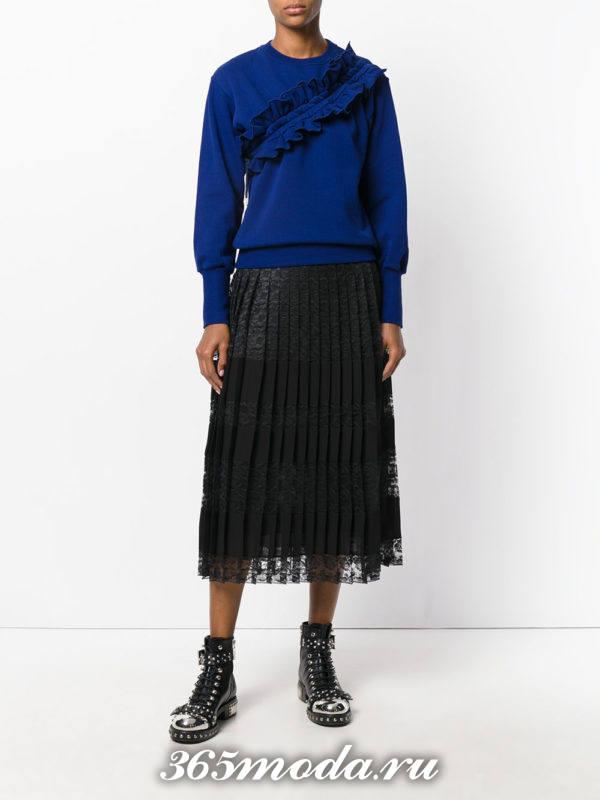 сочетания синего свитшота с черной юбкой плиссе