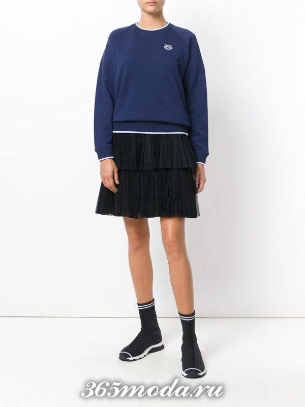 сочетания синего свитшота с черной юбкой