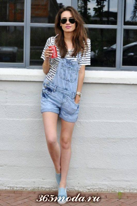 цветные слипоны с джинсовым комбинезоном