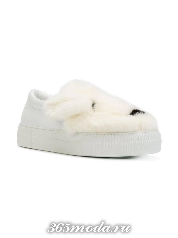 белые слипоны кроликом для сочетания с шортами