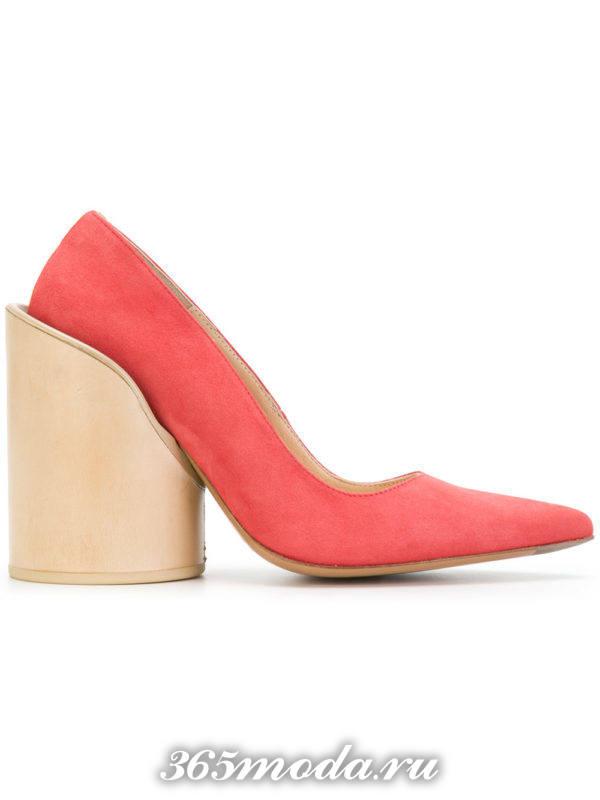 алые туфли на толстом каблуке