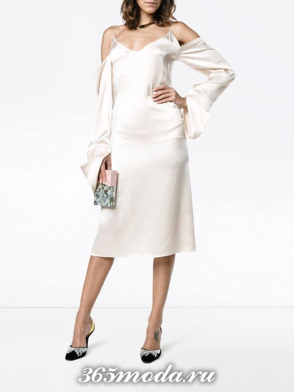 выпускное светлое шелковое платье с рукавами