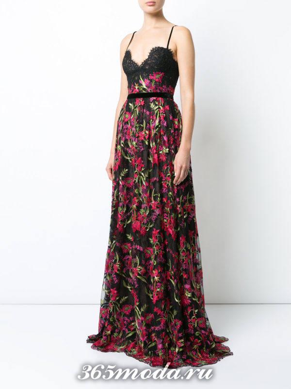 длинное выпускное платье с поясом и принтом