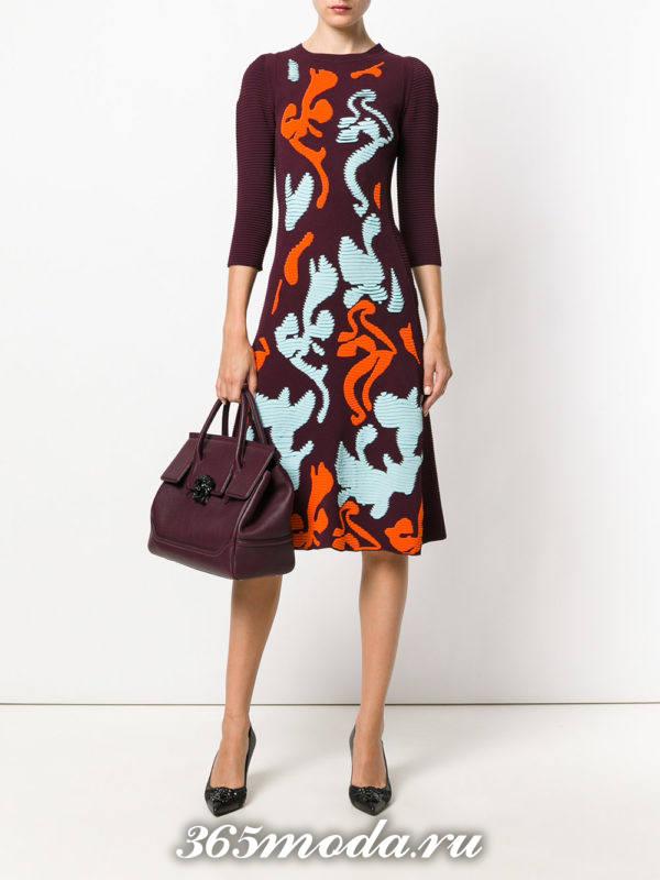 модное вязаное платье с принтом осень-зима
