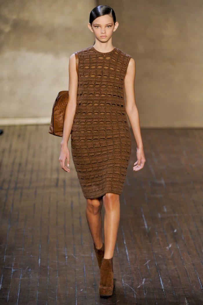 вязаное крючком коричневое платье футляр