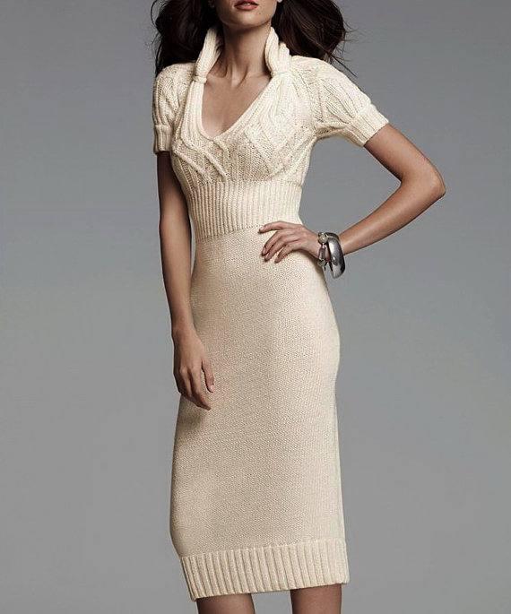 вязаное крючком светлое платье футляр