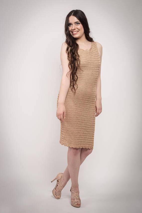 вязаное крючком бежевое платье футляр