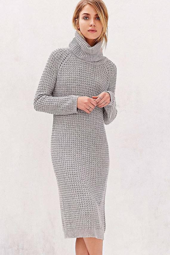 вязаное крючком серое платье свитер