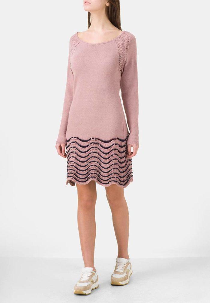 вязаное крючком розовое платье свитер с декором