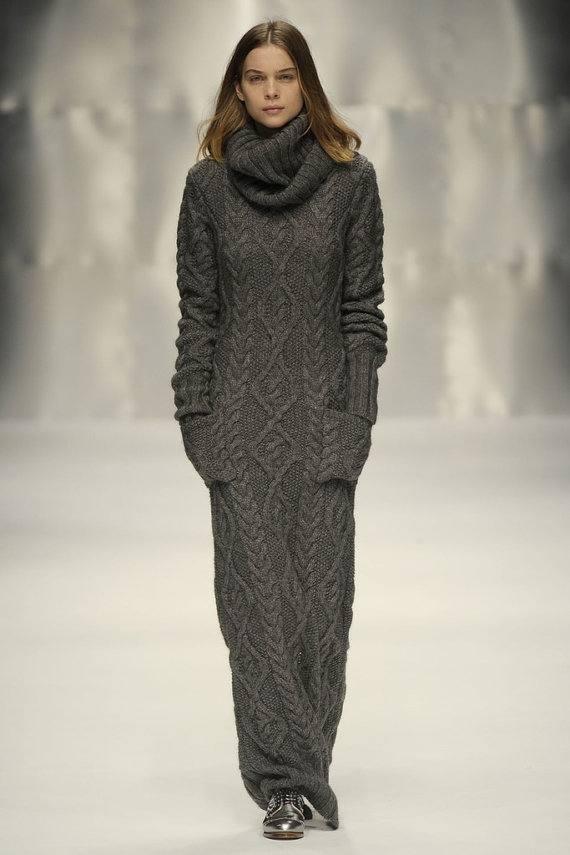 вязаное крючком длинное платье с воротником и карманами