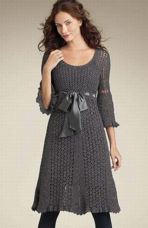 вязаное платье крючком весна осень серое с поясом