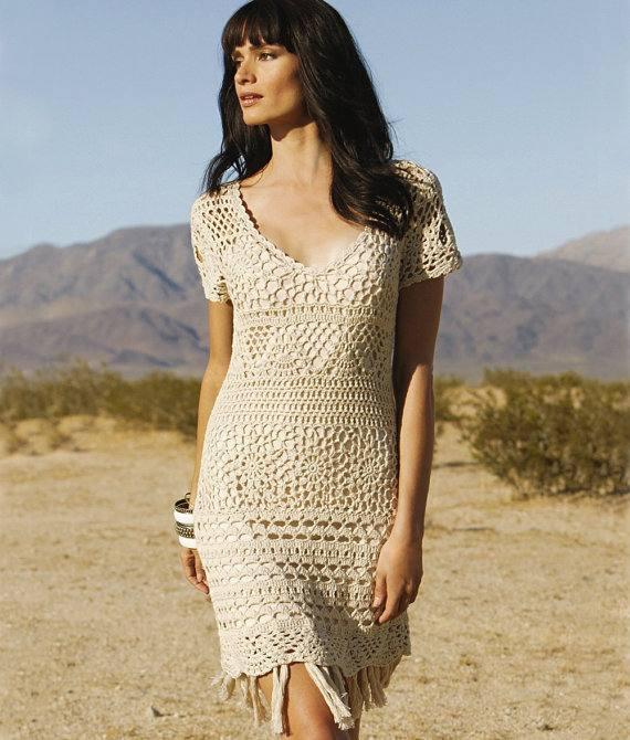 платье вязаное крючком короткое бежевое