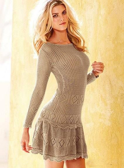 кофейное мини платье вязаное крючком с длинными рукавами