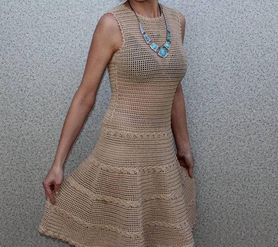 бежевое платье клеш вязаное крючком без рукавов
