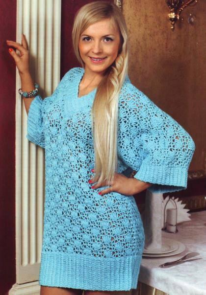 голубое мини платье вязаное крючком с широкими рукавами