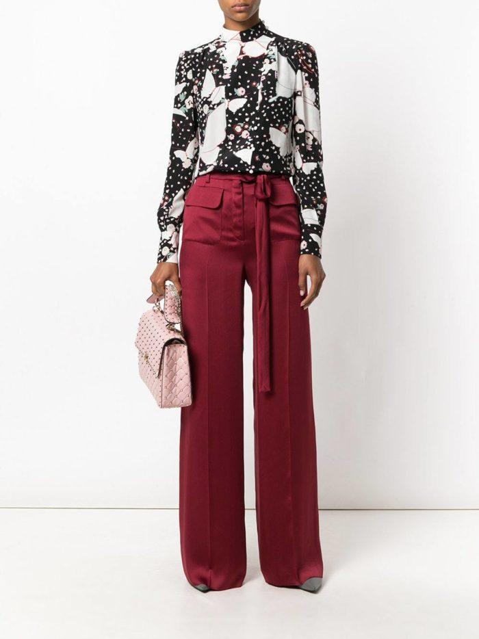 Базовый гардероб для женщины: бордовые брюки клеш с поясом