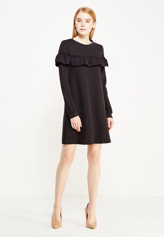 Базовый гардероб для девушки: черное платье с оборкой