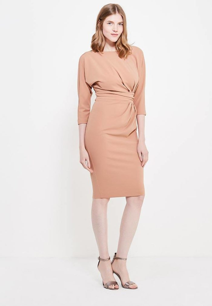 Базовый гардероб для девушки: бежевое платье футляр