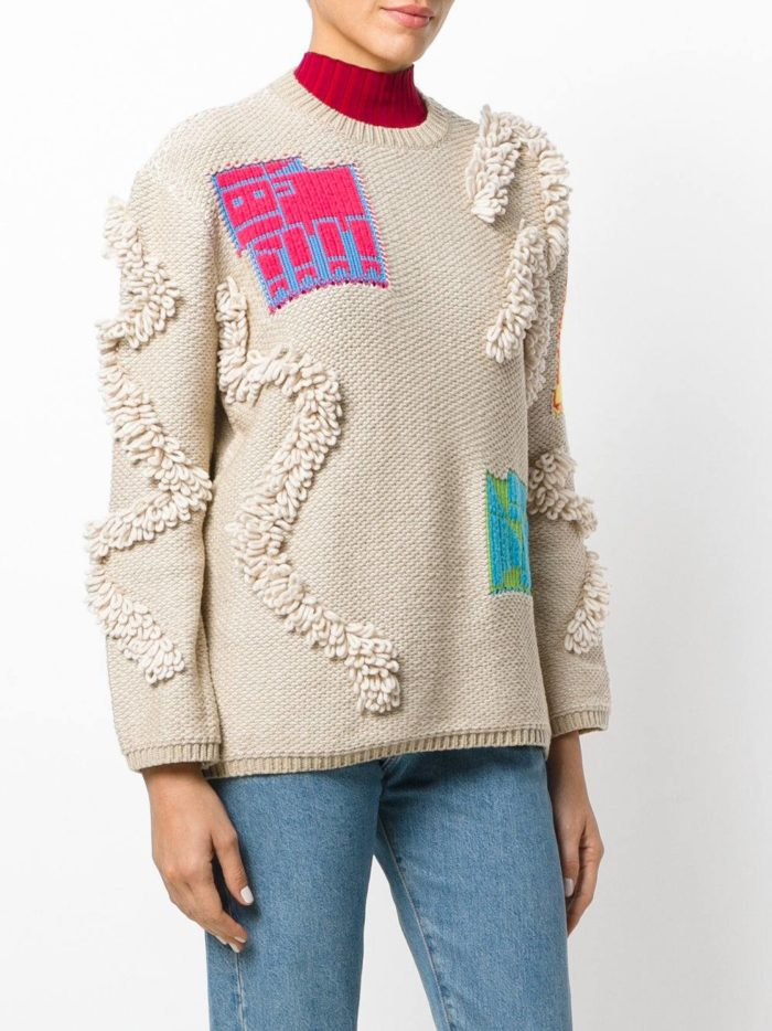 Базовый гардероб: бежевый свитер с декором