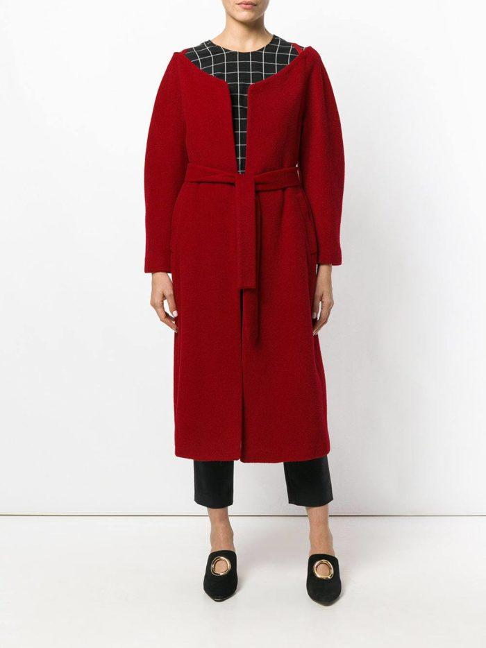 Базовый гардероб: бордовое пальто с поясом