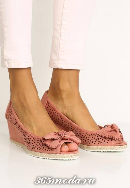 базовые туфли на танкетке с открытым носком