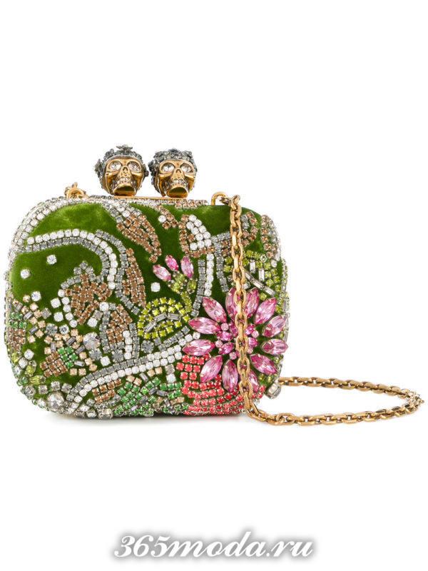 базовая летняя сумка с камнями на цепочке