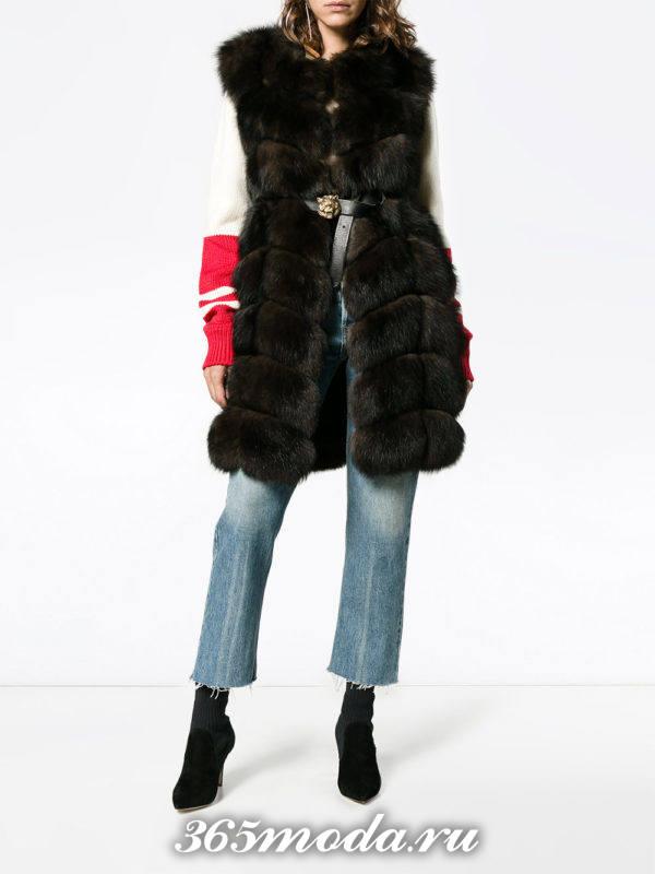 коричневый меховой жилет из лисы с поясом с джинсами