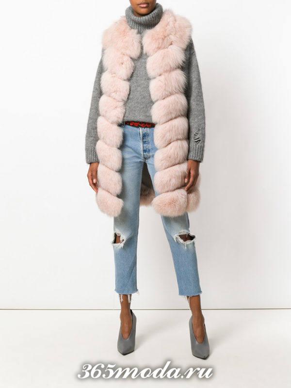 цветной меховой поперечный жилет из лисы с рваными джинсами