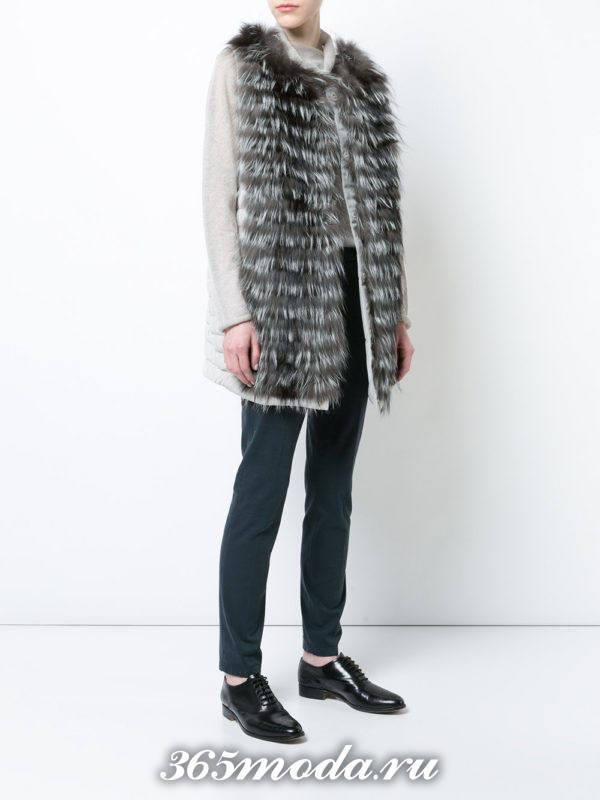 серый меховой жилет из лисы с прямыми брюками