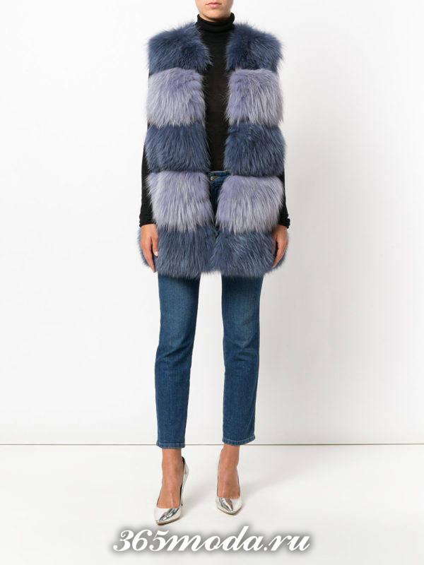 объемный двухцветный попересный меховой жилет с джинсами