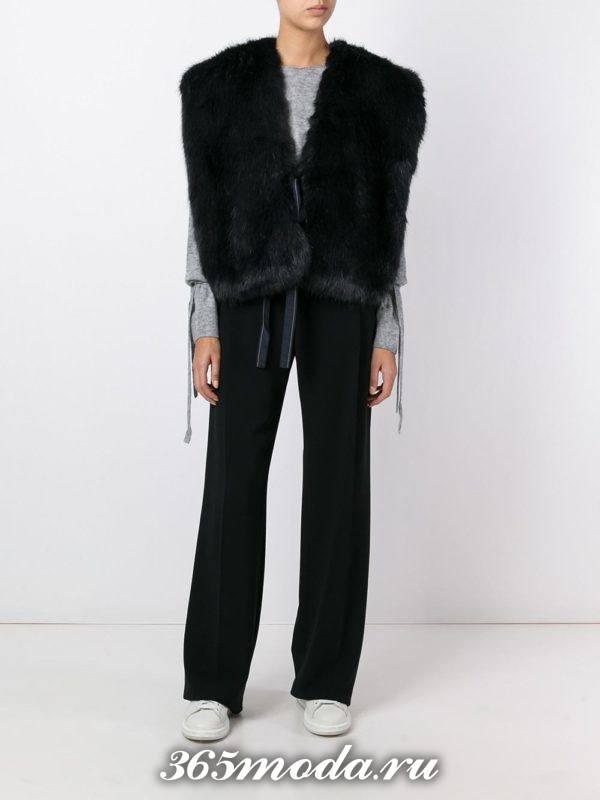 короткий черный меховой жилет оверсайз с брюками