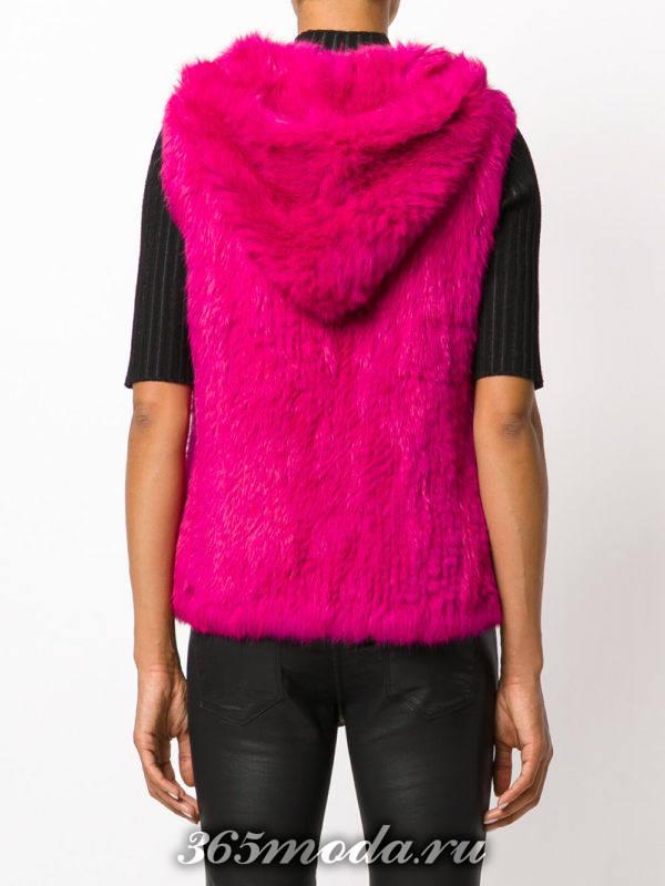 короткий розовый меховой жилет с капюшоном