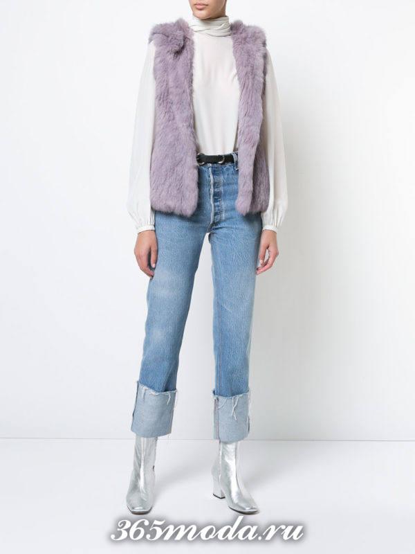 короткий сиреневый меховой жилет с джинсами