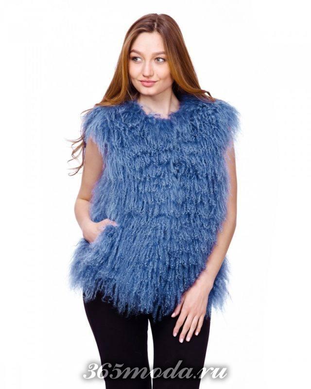 синий короткий меховой жилет с длинным ворсом