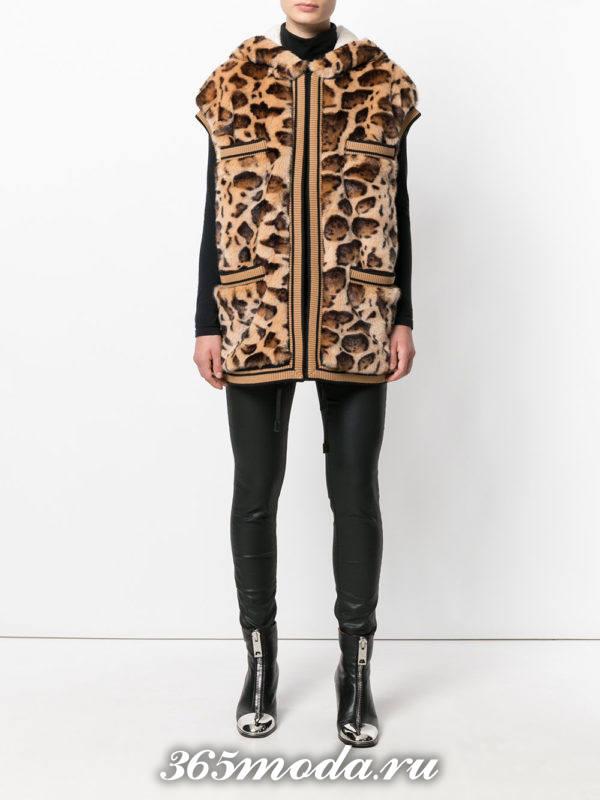 короткий леопардовый меховой жилет с черными брюками
