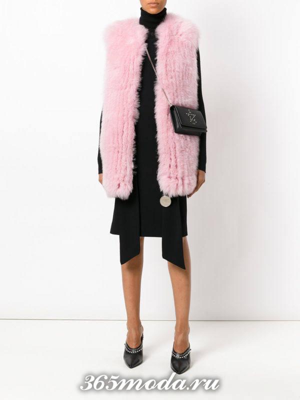розовый меховой жилет с асимметричной юбкой