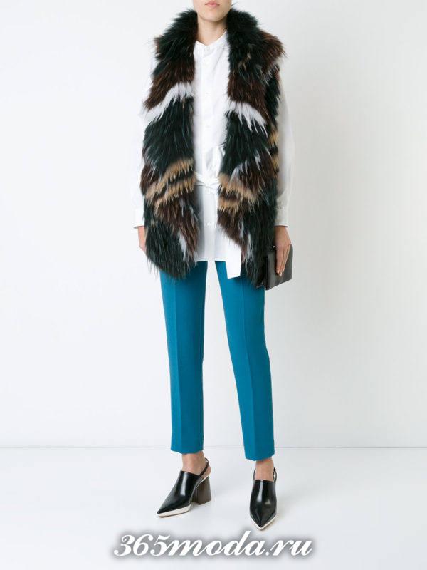 меховой жилет с полосками с брюками дудочками
