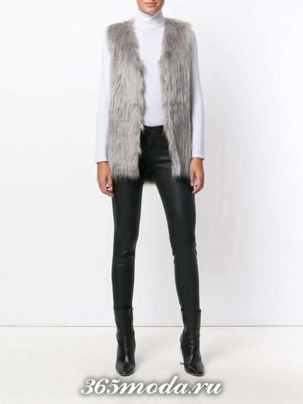 серый меховой жилет с кожаными брюками скинни