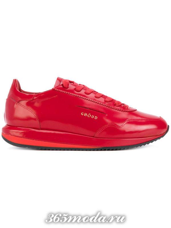 монохромные красные кроссовки