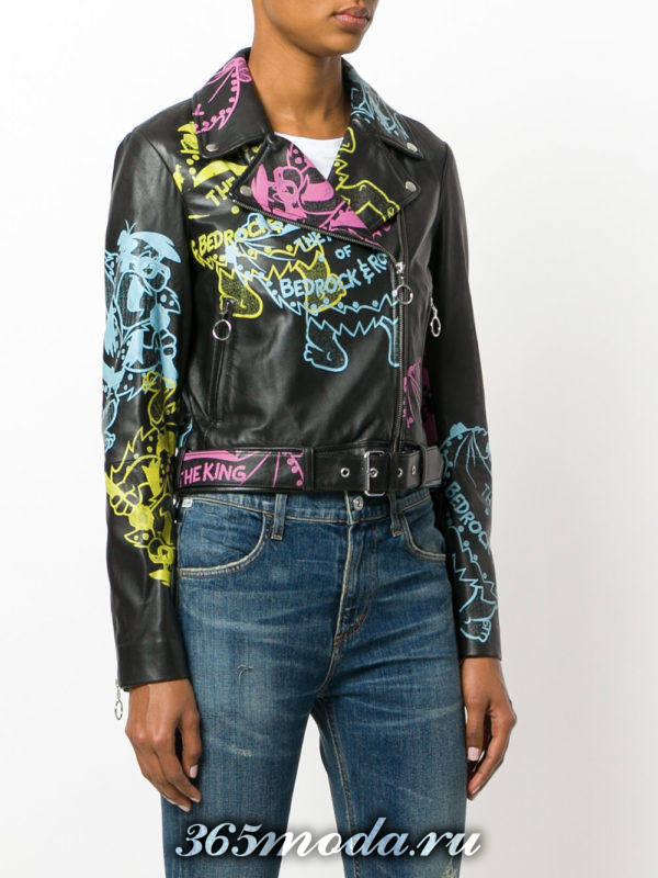 куртка косуха с разноцветными надписями и поясом
