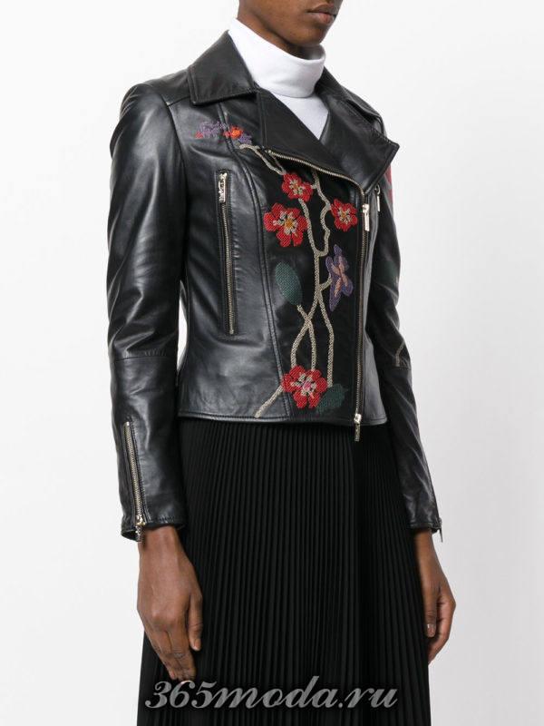 темная куртка косуха с цветочной вышивкой