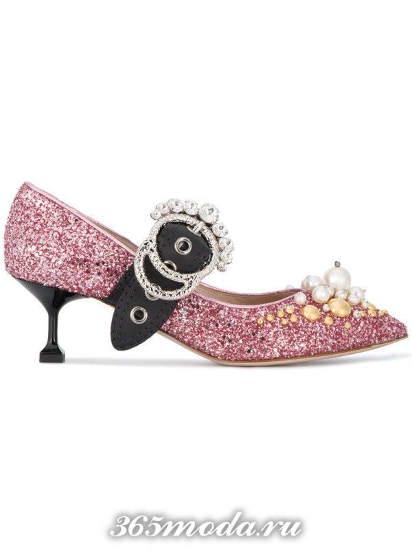 летние розовые туфли с пряжкой на каблуке