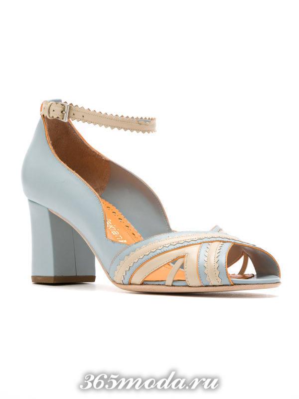 летние голубые туфли с открытым носком на каблуке